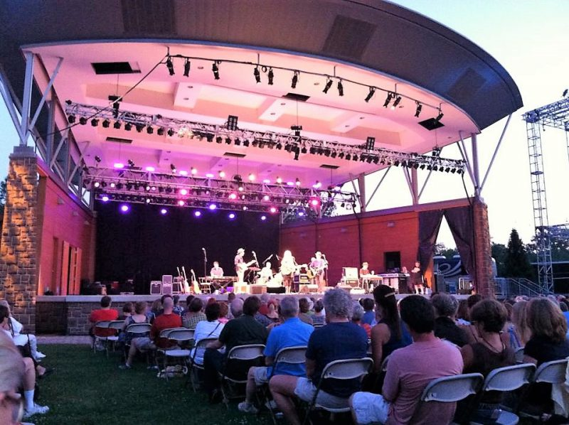 Emmy Lou Harris Performs in Simsbury, CT